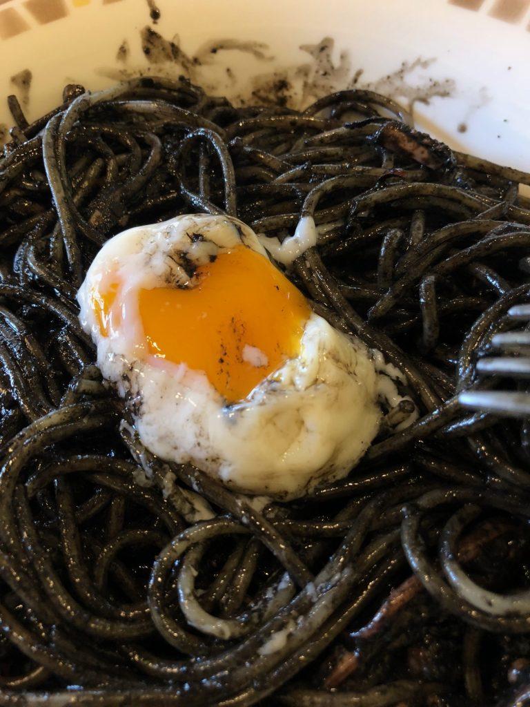 イカ墨スパゲッティに卵投入