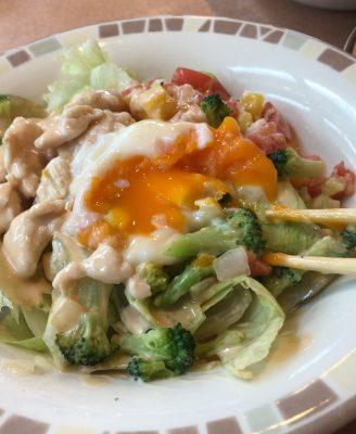 半熟卵のチキンとブロッコリーのサラダ